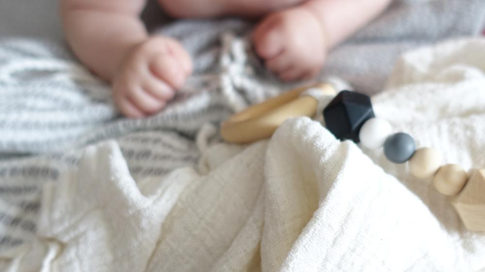 Tummy Time mit Holzkette - Wie man sein Kind allein spielen lässt
