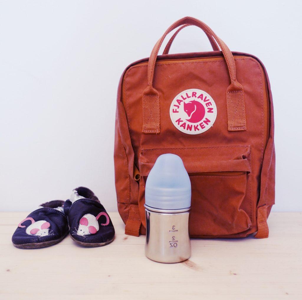 Ein kleiner Mini-Kanken Rucksack und Krabbelschuhe müssen mit in die Kita. Trinkflasche für die Milch darf auch nicht fehlen...